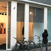 Meest opmerkelijke presentatie die ik afgelopen zaterdag zag is die van Helen Verhoeven (1974) bij Stigter van Doesburg. Verhoeven maakte de laatset jaren vooral hoofdzakelijk grote grijze werken met veel […]