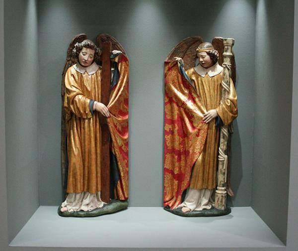 Tydeman Maes - Twee engelen met de Arma Christi - Notenhout met oude maar niet oorspronkelijke polychromie