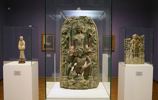 Vishnu op zijn rijdier de Vogel Garuda - Bangladesh - Zwarte basalt
