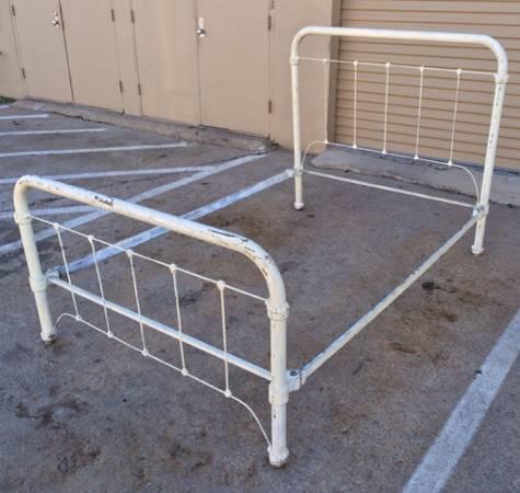 00505_hu26eeuqjud_600x450 - Antique Iron Bed Frame