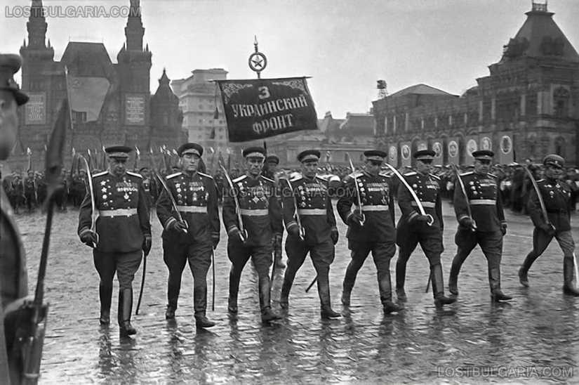 Генерал Владимир Стойчев (крайният в дясно) участва в парада на победата, като командващ на Първа българска армия в състава на 3-ти украински фронт, втори отляво е ген. Сергей Бирюзов, Москва 24 юни 1945 г.
