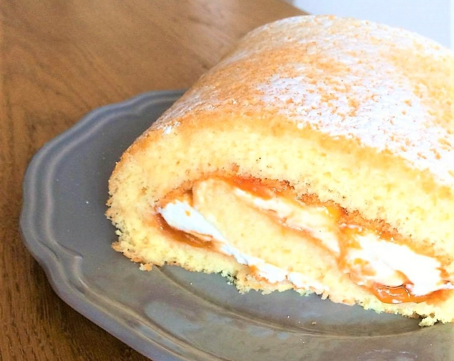 Food: il rotolo di pan di spagna farcito si veste per le feste