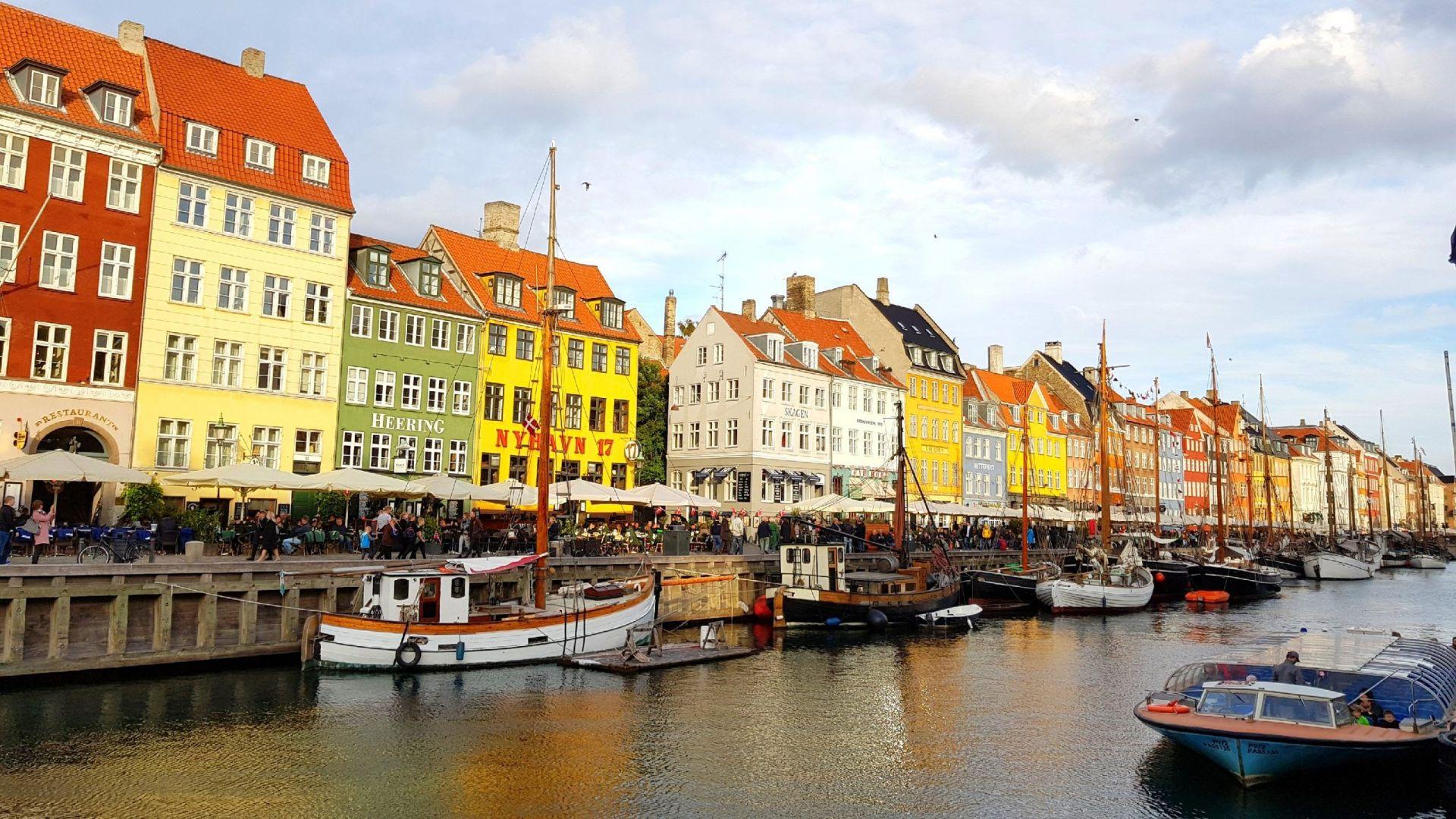 Canal Nyhavn en Copenhague con las casas de colores danesas de fondo.