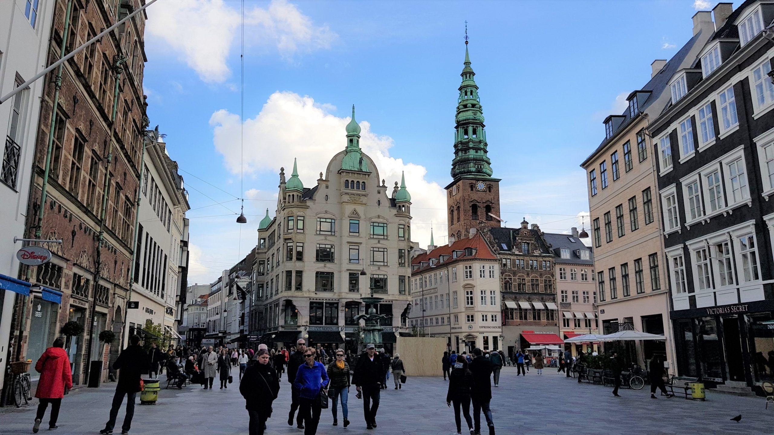 Plaza Amagertorv y la fuente Stork , rodeada de edifios señoriales, Copenhague.