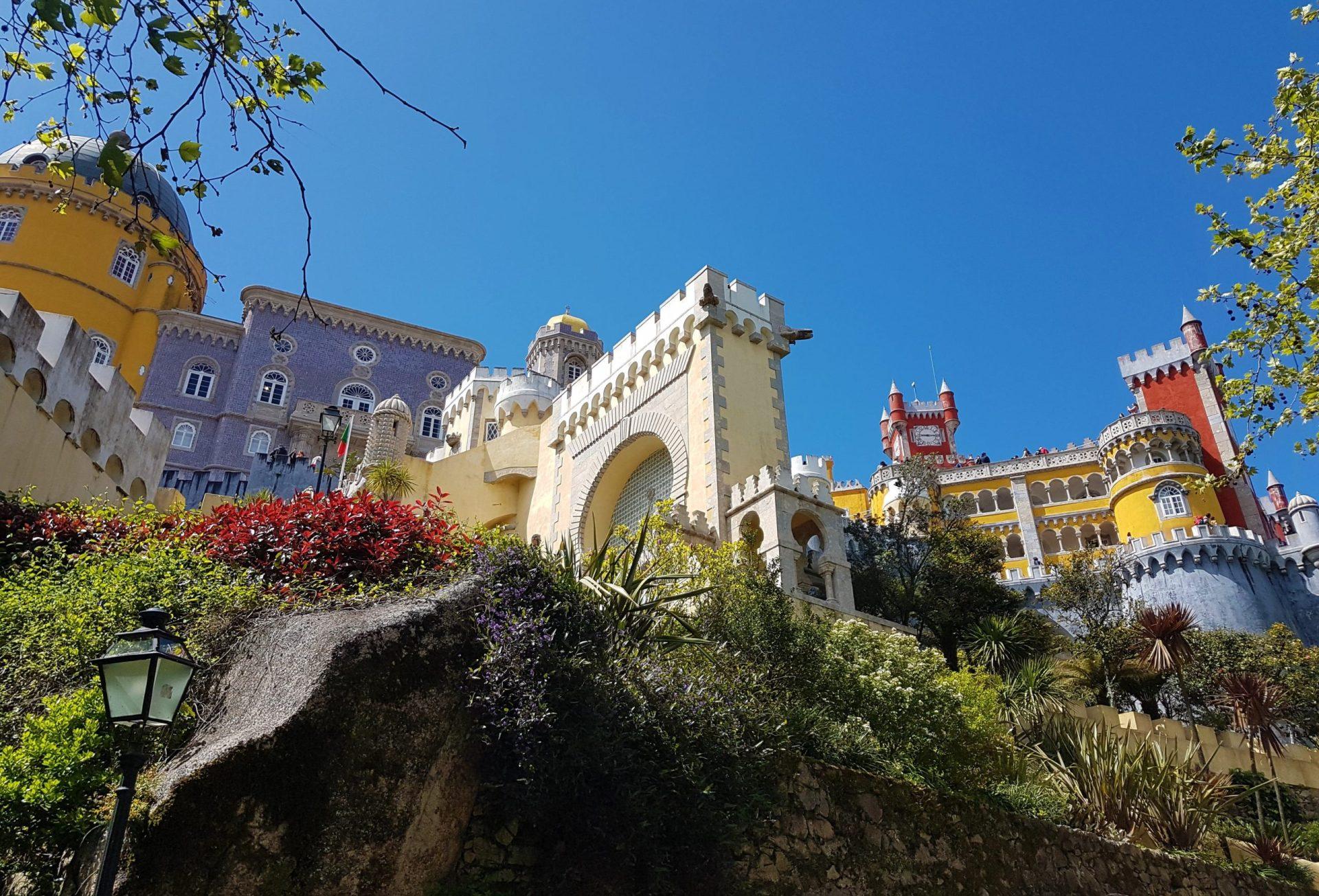 Fachada exterior de colores del Palacio de Pena en Sintra