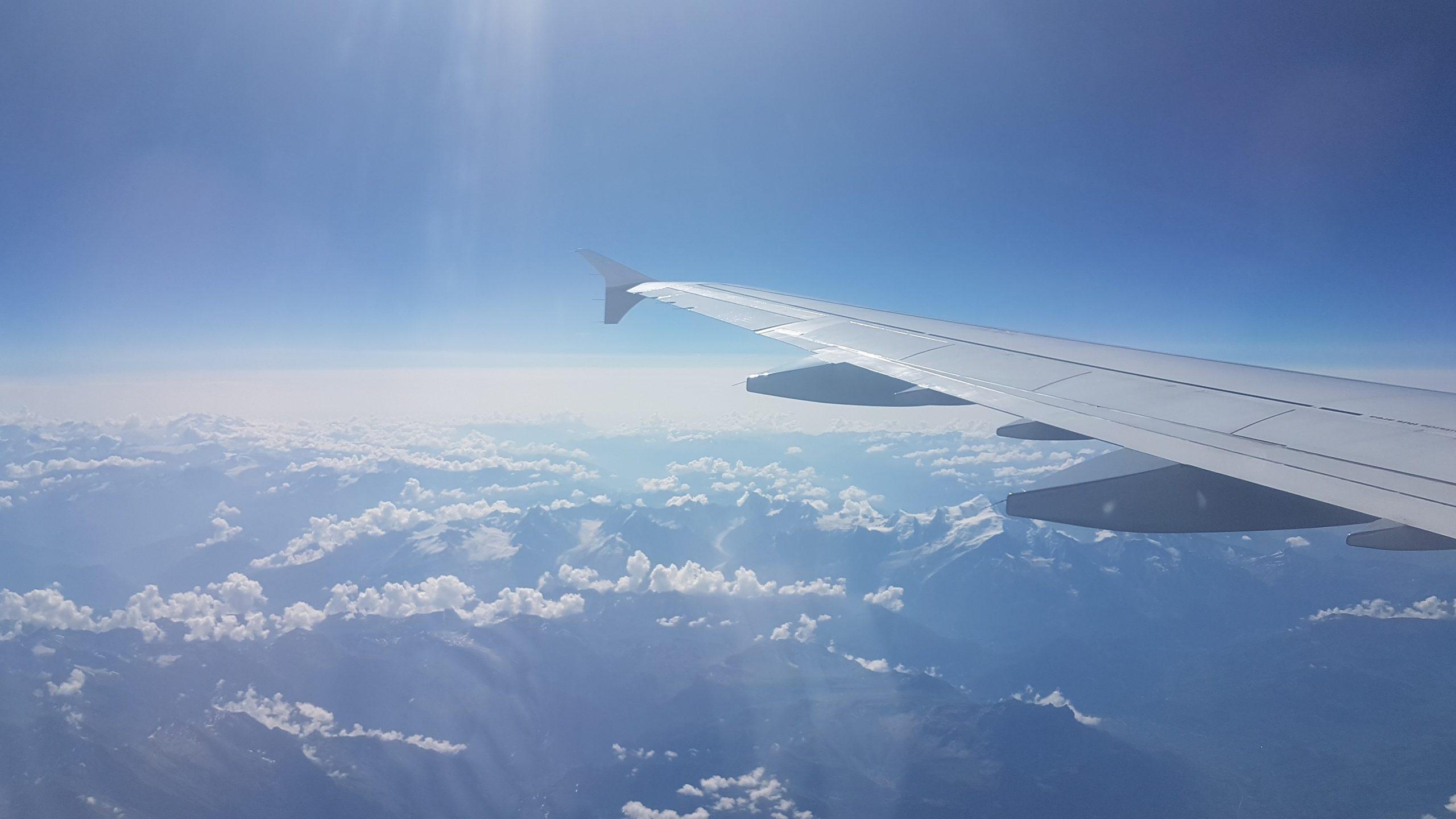 Avion por encima de las nubes
