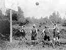 Photo de jeunes garçons jouant au basket