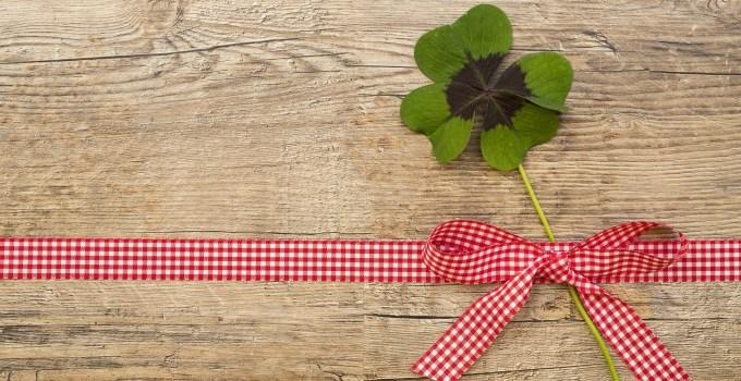 Geschenkschleife mit Glücksklee - Jahreslos Symbolbild