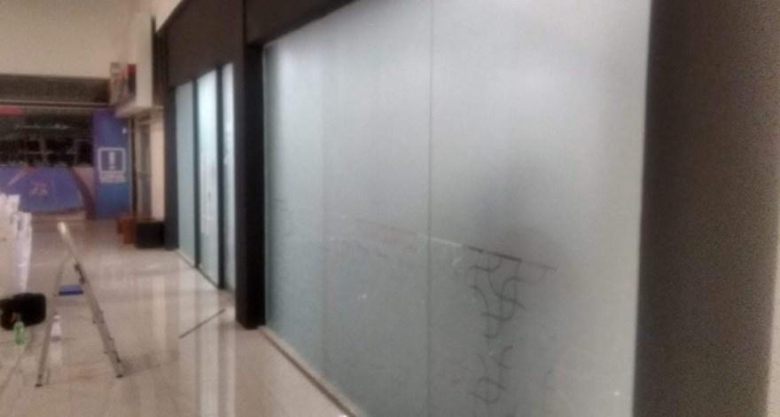 Adesivo liso e com recorte especial para os vidros