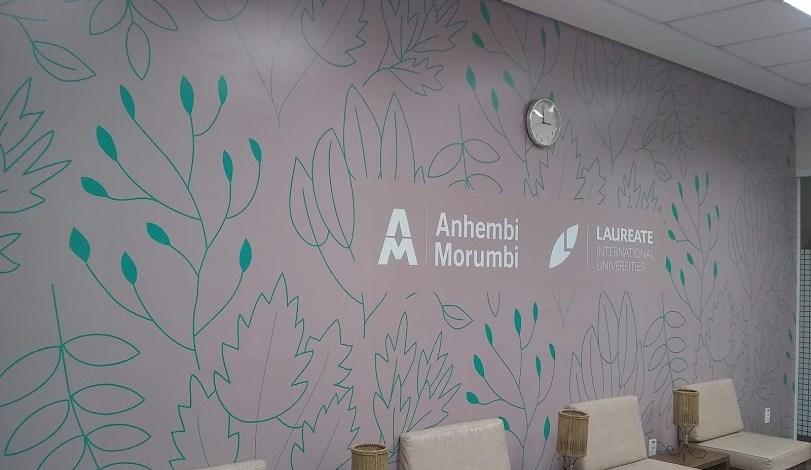 Ambientação de espaço com adesivo na parede 1