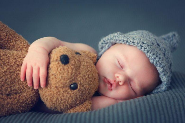 pasgeboren baby wakker maken in de nacht