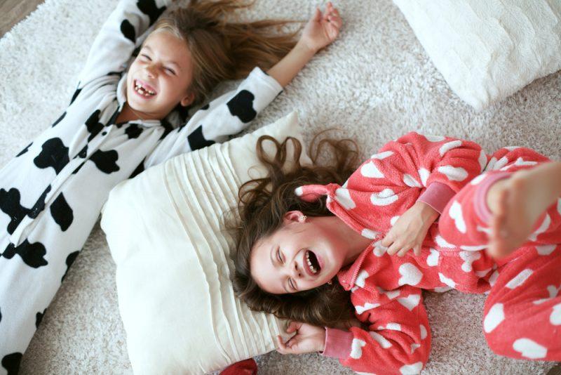 twee kinderen op een kamer laten slapen