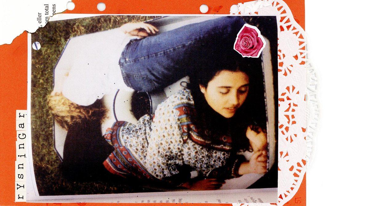 """Ett rött ark i botten, med vit spets på. Ovanpå det ett foto av två personer som ligger skavfötters, rygg mot rygg. Längst upp är ordet """"rysningar"""" skrivet i utklippta bokstäver. I den bästa av tjejvärldar."""