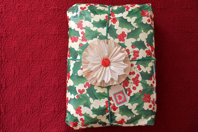christmas-gift-wrapping-diy-tag-and-flower