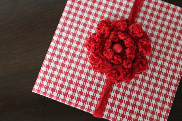 crocheted-flower-brooch-used-as-gift-decoration-2