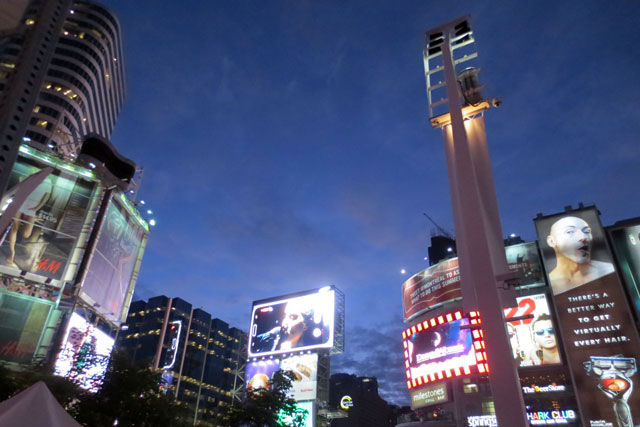 big-screen-dundas-square