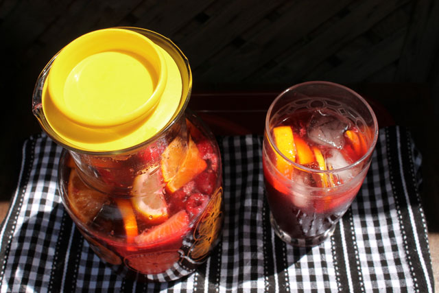 sangria-with-mixed-berries-and-citrus