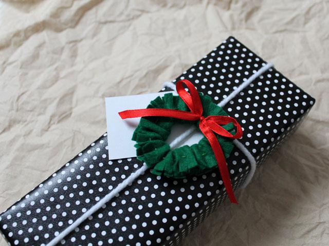 handmade-wreath-gift-topper-christmas-gift-decoration-diy