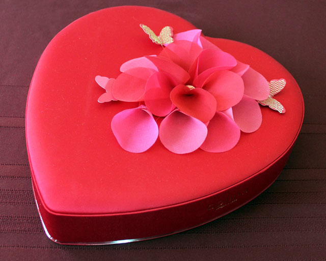 heart-shaped-box-of-chocolates-godiva-valentine-2015