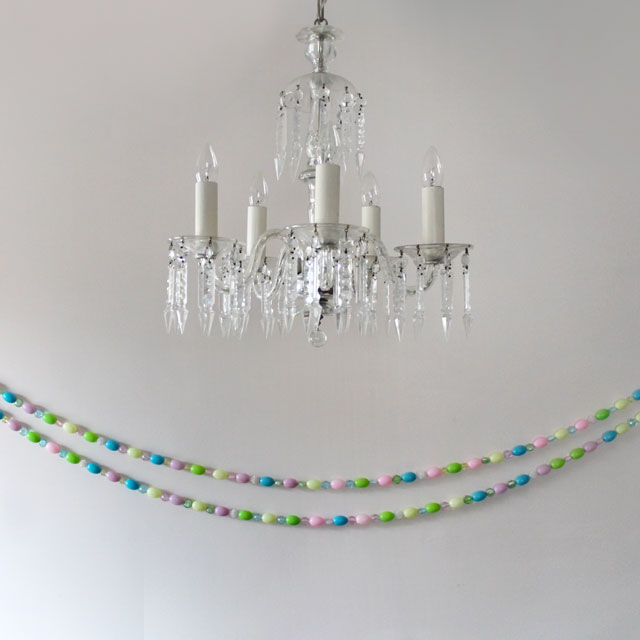 diy-easter-garland-with-blowmold-eggs-and-beads