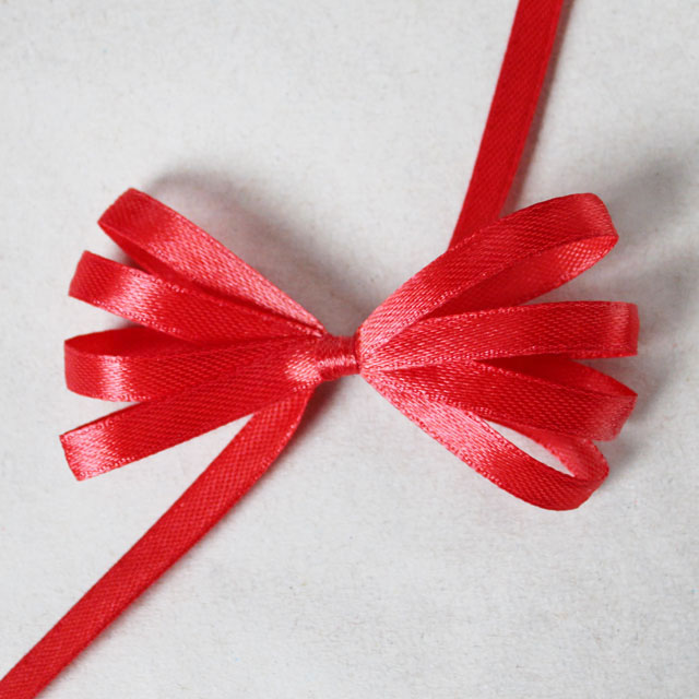 how-to-make-a-ribbon-bow-for-gift-wrapping-using-a-comb