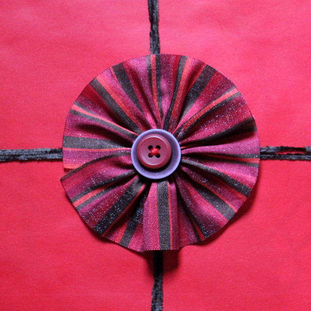 easy-to-make-gift-topper-decoration-ribbon-rosette-with-buttons-handmade-diy