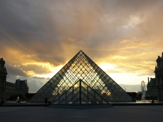 louvre museum parijs avond