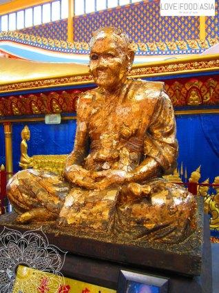 Statue mit Blattgold im Wat Chayamangkalaram