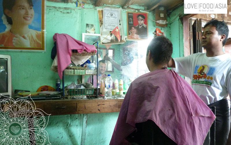 Beim Friseur in Bagan