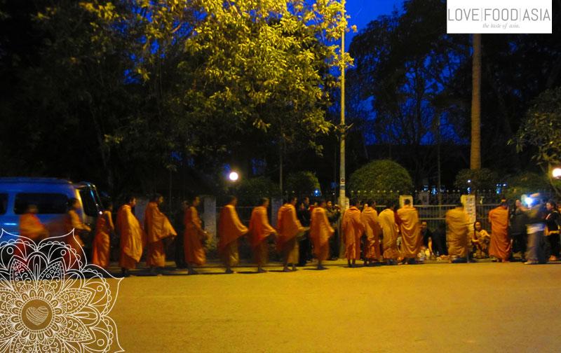 Almosengabe in Luang Prabang
