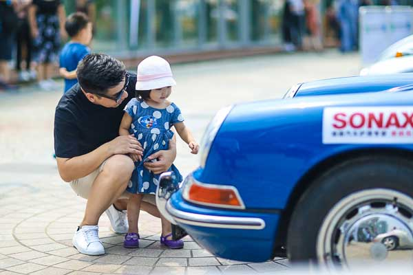 911 from 1964 with young oldtimer fan