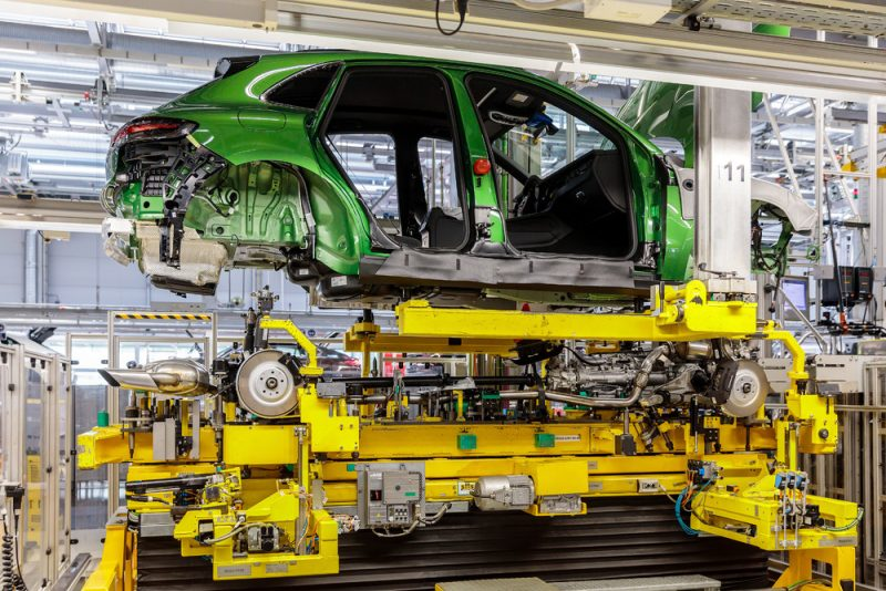 Marriage - the new Porsche Macan in the assembly line