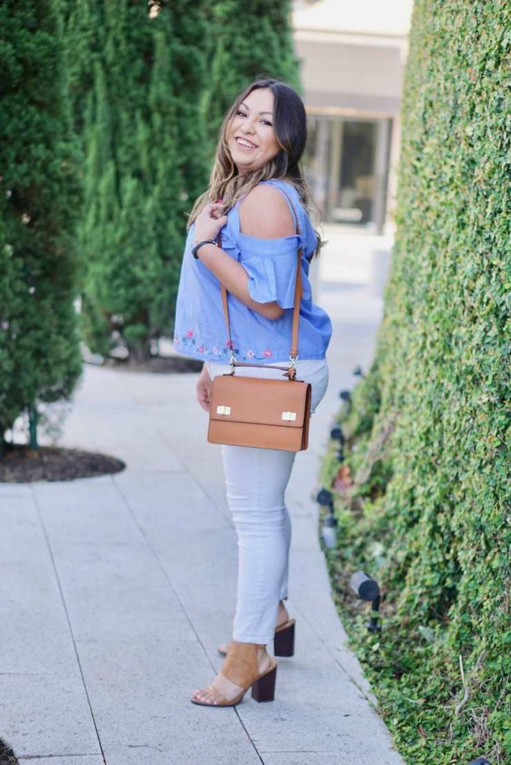 blue top, white jeans, cognac shoes, cognac purse