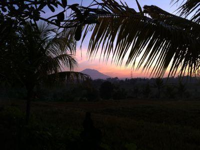 バリ島の夜明け。アグン山