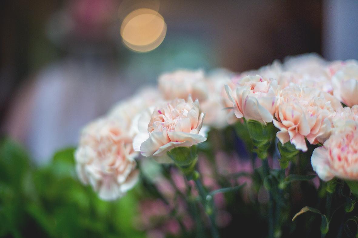 diy : un tutoriel pour réaliser une jolie couronne de fleurs