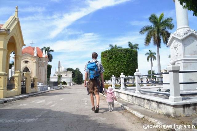 Love travelling family at Necrópolis de Cristóbal Colón