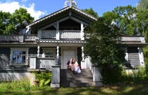 Love travelling family in Bialowieza
