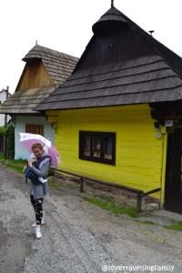Love travelling family in Vlkolinec