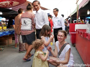 Bangkok with kids. Thailand with family for beginners, Love travelling family Ayutthaya market