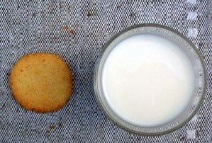 Vanilla Toffee Butter Cookies with Milk 1