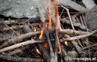 Lagerfeuer mit Handbogenbohrer