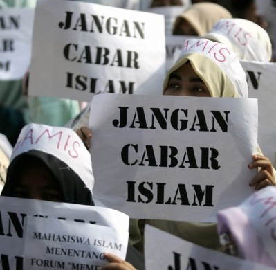 "REUTERS/Bazuki Muhammad | Protesters hold placards that read ""Don't Challenge Islam"" in a protest against the ""Conversion to Islam"" forum held by Malaysian Bar Council in KL August 9, 2008."