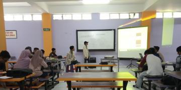 Penghitungan suara calon presiden mahasiswa dan wakil presiden mahasiswa (24/11) di Basement 5 Amikom.Journal | Yusuf