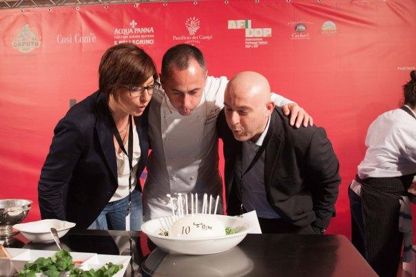 Francesco Apreda festeggia con Barbara Guerra ed Albert Sapere i 10 anni. Foto di Francesca Massa