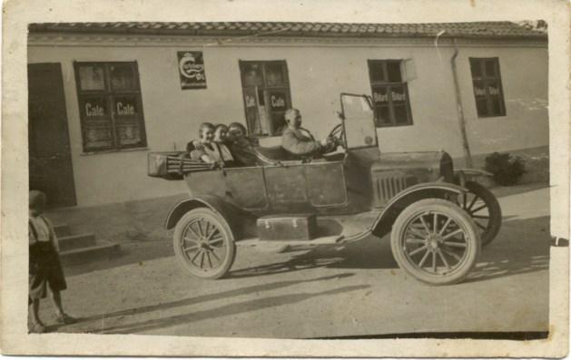kroejer Carl Peter Johansen foran Smørum kro 1926