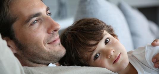 Vater und Sohn (Symbolbild)