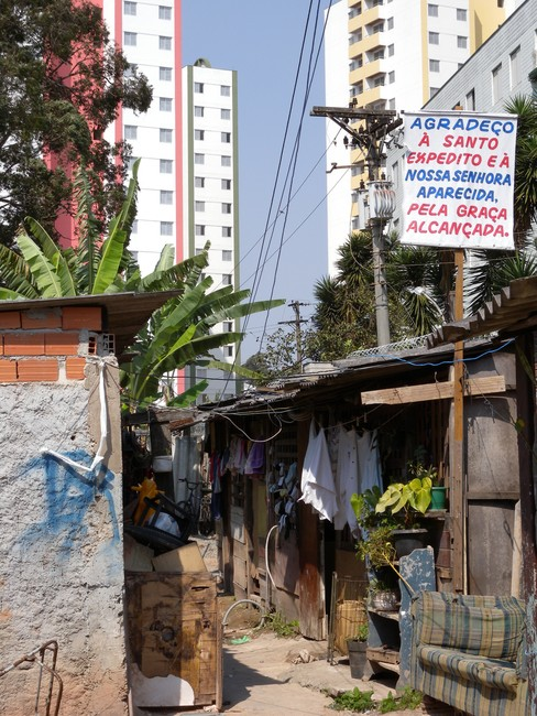 In the foreground, the shantytown; in the background: the middle-upper class blocks of flats. Credits: Luca Fanelli