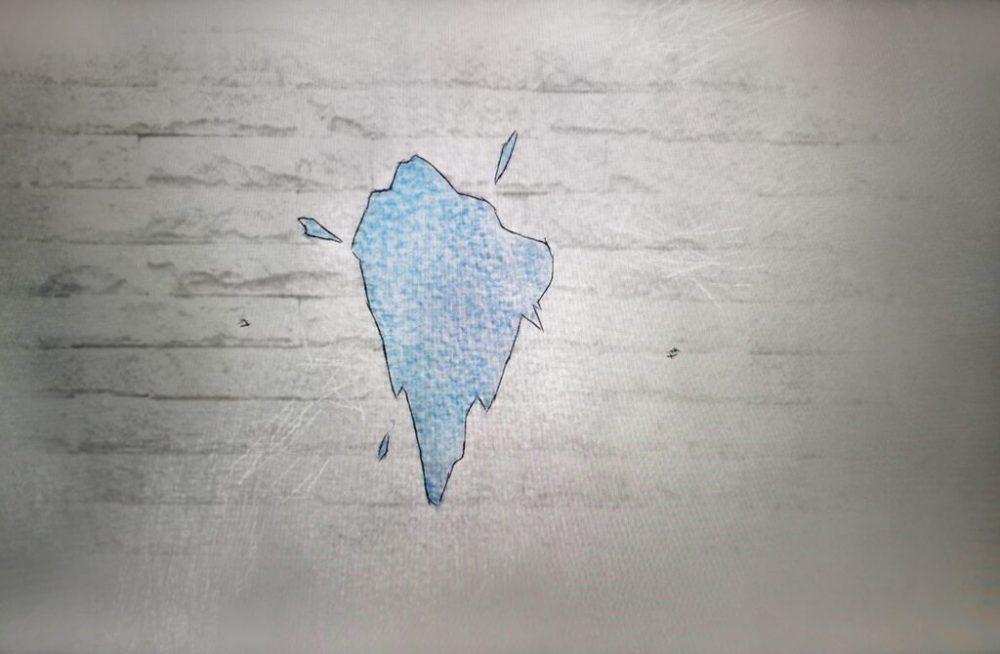 """La """"macchia blu"""" sul muro: ricordo indelebile che emerge in un mondo bianco e nero"""