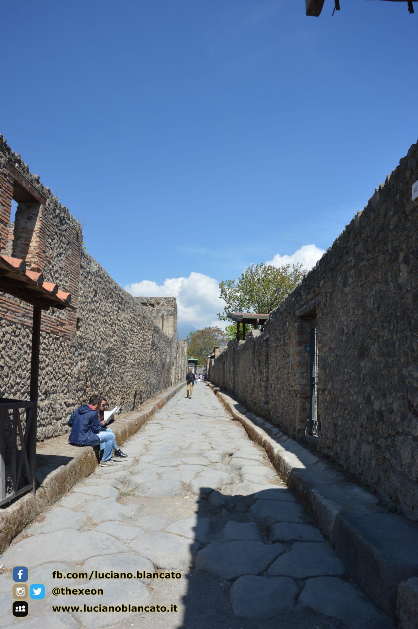 copy_1_Pompei - scavi - dettagli della città - stradine