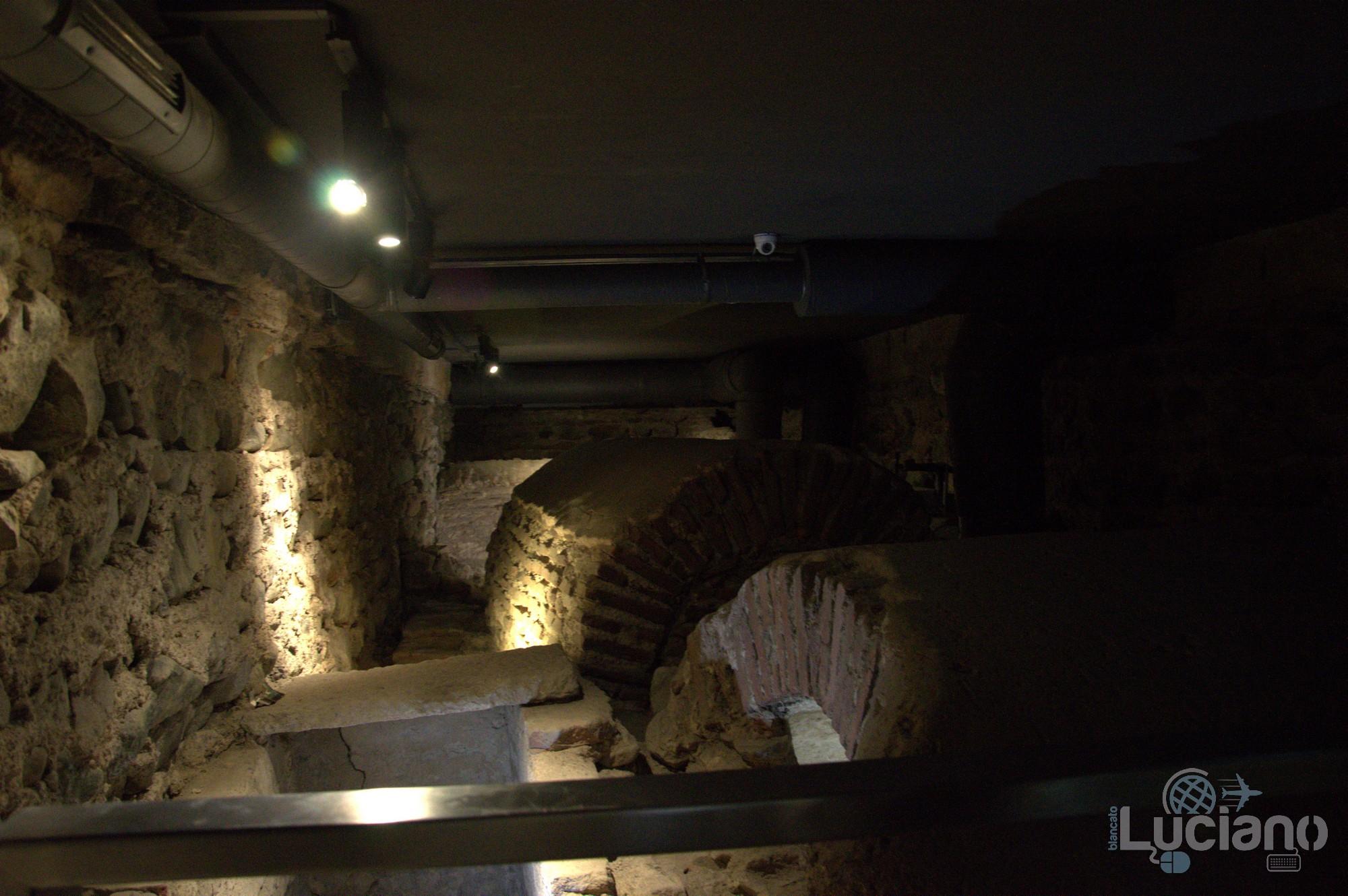 """Interno, resti, reperti della Chiesa Sveta Sofia - Храм """"Света София"""" - Sofia - Bulgaria"""